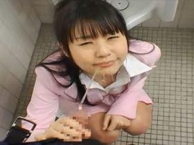 ロリフェイスのエロカワ女教師がトイレで生徒にオシッコを掛けてもらってたっぷりフェラチオ♪
