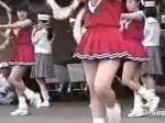 チアガールの女の子達がリズムに乗ってダンスをする姿がちょっぴりエロい♪